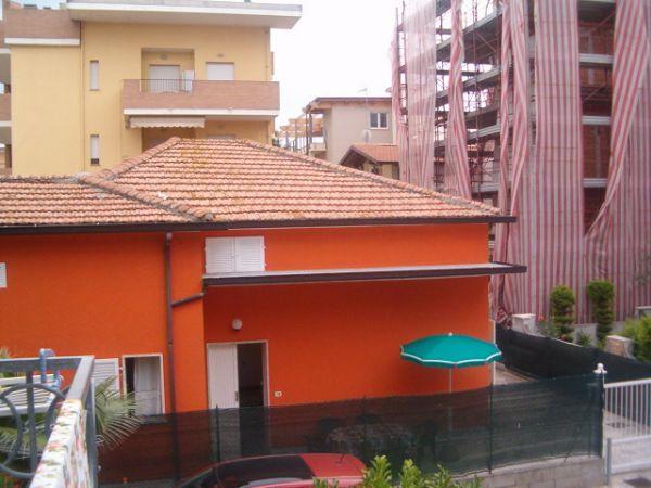Appartamento villetta pineta tipo a bilocale in affitto for Bilocale arredato alba